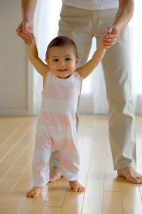 歩く練習をする赤ちゃんの写真素材 [FYI03859028]