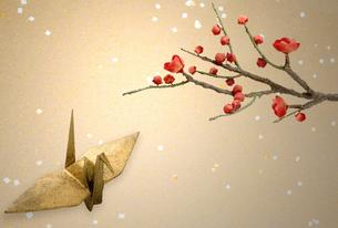 紅梅と折り鶴の写真素材 [FYI03859032]