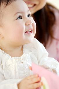 お母さんに抱かれている赤ちゃんの写真素材 [FYI03859042]