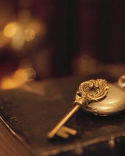 鍵と懐中時計の写真素材 [FYI03859200]