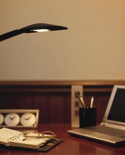 机に置かれた手帳とノートパソコンの写真素材 [FYI03859203]