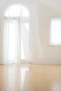 なびくカーテンの写真素材 [FYI03859271]