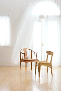 なびくカーテンと2脚の椅子の写真素材 [FYI03859275]