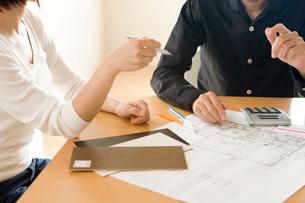 設計図を前に話し合う男性と女性の写真素材 [FYI03859282]