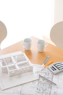 デスクの上の設計図と住宅模型の写真素材 [FYI03859284]