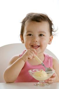 アイスクリームを食べる女の子の写真素材 [FYI03859342]