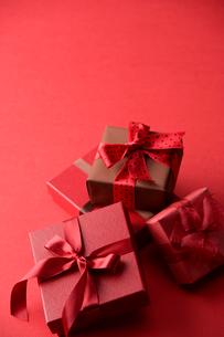赤色のラッピングのプレゼントの写真素材 [FYI03859363]