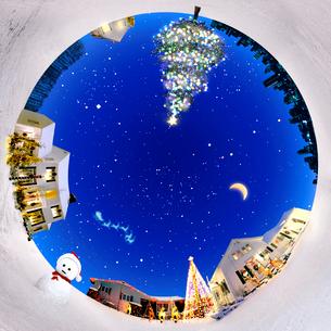 雪ダルマとツリーと街並みの写真素材 [FYI03859368]