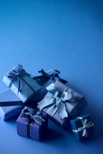 青色のラッピングのプレゼントの写真素材 [FYI03859374]