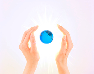 女性の手と地球の写真素材 [FYI03859413]