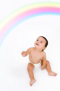 虹と裸の赤ちゃんの写真素材 [FYI03859419]
