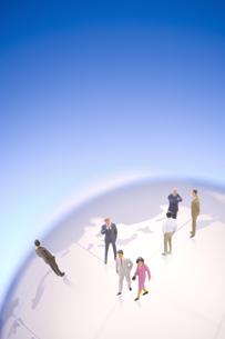 地球儀とビジネスマンの人形の写真素材 [FYI03859437]
