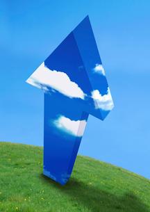 青空の矢印と草原の写真素材 [FYI03859438]