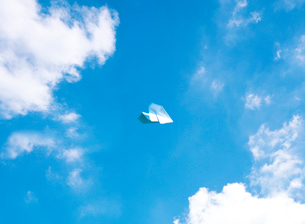 空と紙飛行機の写真素材 [FYI03859458]