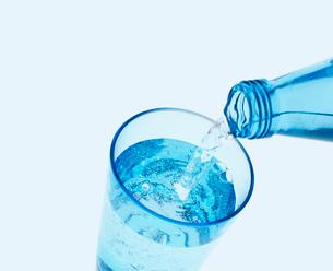 グラスに注がれる水の写真素材 [FYI03859477]