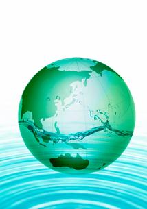 緑の地球と水の写真素材 [FYI03859523]