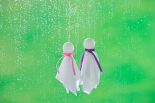 てるてる坊主と雨の写真素材 [FYI03859532]