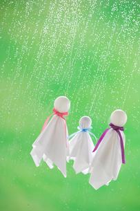 てるてる坊主と雨の写真素材 [FYI03859534]