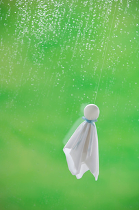 てるてる坊主と雨の写真素材 [FYI03859535]