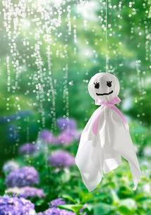 てるてる坊主と雨とあじさいの写真素材 [FYI03859540]