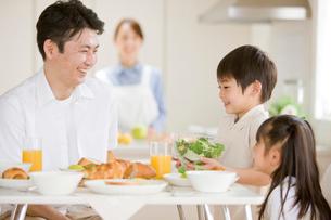 朝食の食卓を囲む家族の写真素材 [FYI03859582]