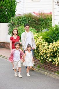 散歩するファミリーの写真素材 [FYI03859605]