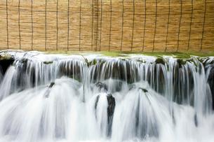 貴船川の流れと簾の写真素材 [FYI03859641]
