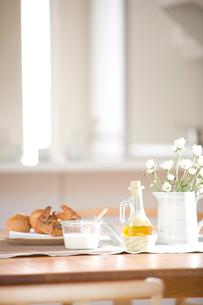 朝食とダイニングテーブルの写真素材 [FYI03859665]