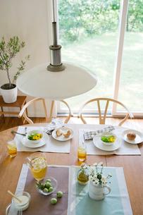 朝食のテーブルの写真素材 [FYI03859681]