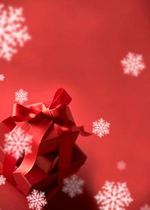 クリスマスプレゼントと雪の写真素材 [FYI03859708]