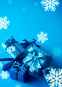 クリスマスプレゼントと雪の写真素材 [FYI03859710]