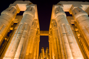 ルクソール神殿の夜景の写真素材 [FYI03859780]