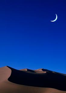 砂漠と三日月の写真素材 [FYI03859836]