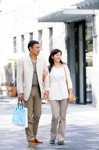 買い物する夫婦の写真素材 [FYI03859934]