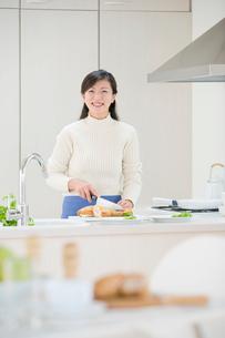 キッチンの女性の写真素材 [FYI03859938]