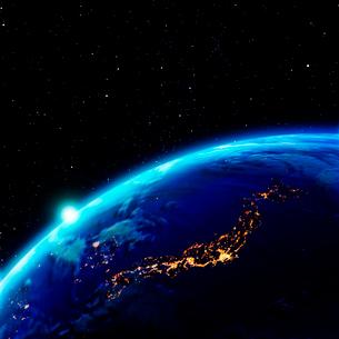 日本が輝く夜の地球と太陽の写真素材 [FYI03859995]