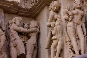 カジュラホ西群のラクシュマナ寺院の彫刻の写真素材 [FYI03860185]