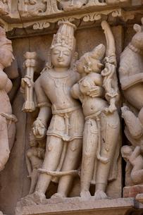 カジュラホ東群のパールシュバナータ寺院の彫刻の写真素材 [FYI03860191]