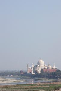 アーグラ城から望むタージマハルの写真素材 [FYI03860198]