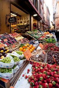 旧市街の食料品店の写真素材 [FYI03860299]
