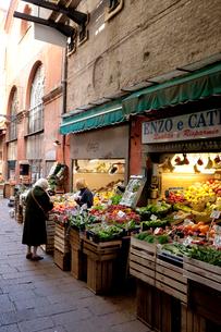 旧市街の食料品店の写真素材 [FYI03860300]