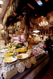 旧市街の食料品店の写真素材 [FYI03860303]