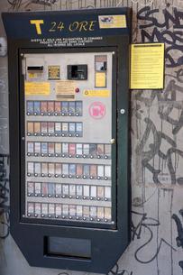 タバコ自動販売機の写真素材 [FYI03860353]