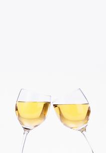 白ワインで乾杯の写真素材 [FYI03860414]