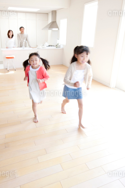 リビングを走る子供の写真素材 [FYI03860424]