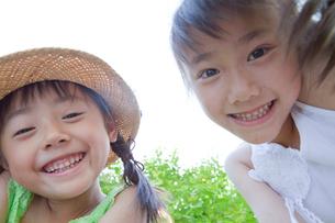 笑顔の姉妹の写真素材 [FYI03860505]