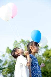 青空と風船を持つ姉妹の写真素材 [FYI03860511]
