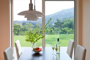 テーブルのワインと果物の写真素材 [FYI03860528]