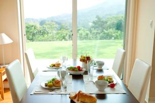 朝食のダイニングテーブルの写真素材 [FYI03860533]
