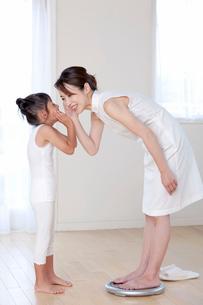 体重計に乗る母と娘の写真素材 [FYI03860560]